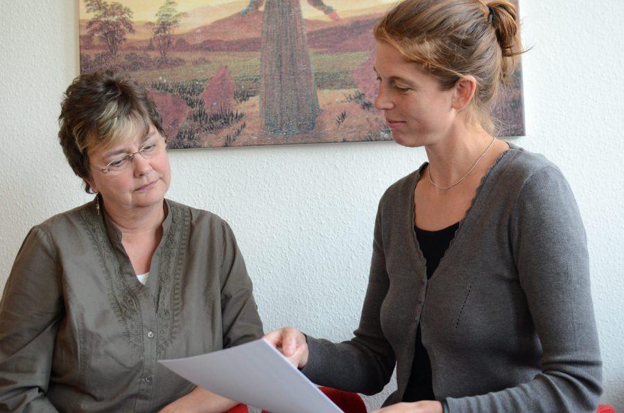 Diplom-Psychologin Carolin Müller (r.) berät Angehörige von an Krebs Erkrankten.